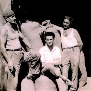 Splendorini Molini di Armando & C. s.n.c. - Azienda molinaria dal 1700. Foto risalente al 1950, mostra Splendorini Tommaso padre di Armando assieme a due collaboratori